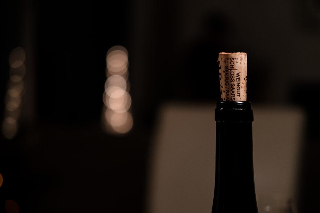 Flaschenhals mit aufgestecktem Korken, der Hintergrund ist verschwommen