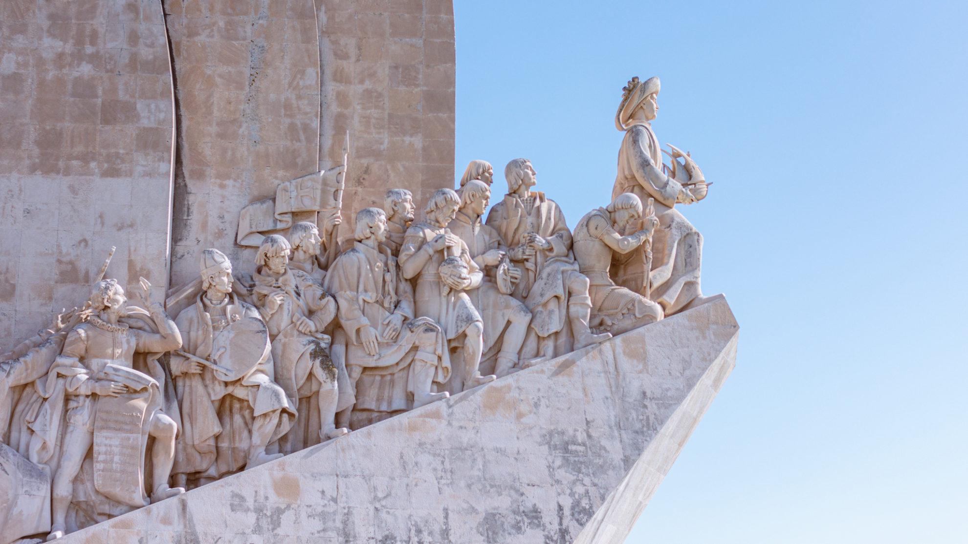 Westliche Ansicht des Denkmals der Entdeckungen, dass verschiedene wichtige Persönlichkeiten Portugals zeigt