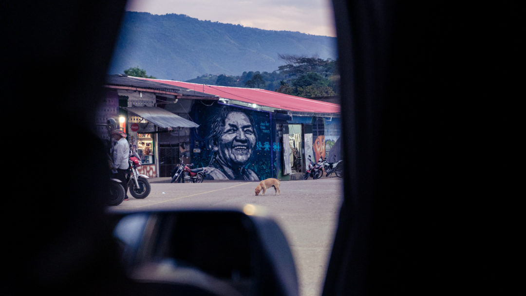 Die Zeichnung einer lachenden älteren Frau an der Außenwand des Marktes in San Augustin.