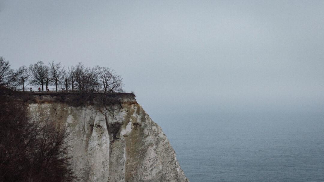 Klippe der weißen Kreidefelsen stehen hoch über der ruhigen, nebeligen Ostsee.